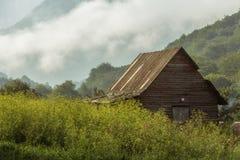 Hütte im nebeligen Wald stockfoto