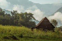 Hütte im nebeligen Wald lizenzfreie stockfotos