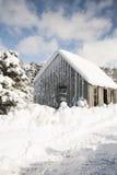 Hütte im tiefen Schnee in Schottland Lizenzfreie Stockfotografie