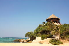 Hütte mit Hängematten auf einem karibischen Strand. Kolumbien Stockbilder