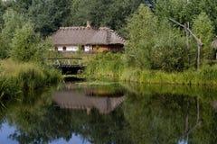 Hütte nahe dem See Lizenzfreie Stockfotos