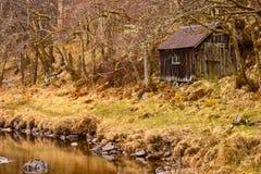 Hütte neben einem Fluss Stockfoto