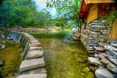Hütte und See in Wudang lizenzfreie stockfotografie