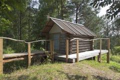 Hütte von Baba Yaga im Gebiet des Naturdenkmal Parks Dudorova lizenzfreie stockbilder