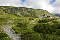 Hütte vor dem Hügel Lizenzfreie Stockfotos