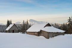 Hütten in den Schneewehen Stockbilder