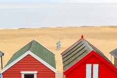 Hütten eines gesehene durch Strandes des Strandes Windschutz auf Southwold-Strand, Großbritannien stockbild