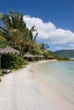 Hütten entlang karibischem Strand Stockfotografie