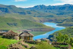 Hütten-Haushäuser Lesothos traditionelle stockfotografie