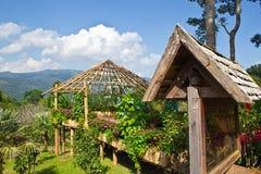 Hütten im Garten. Lizenzfreie Stockbilder