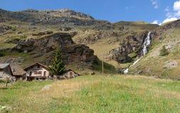 Hütten und Wasserfall lizenzfreies stockfoto