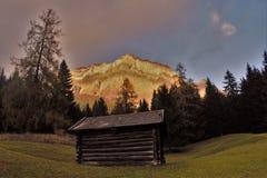 Hütten vor Zugspitze Lizenzfreie Stockfotografie