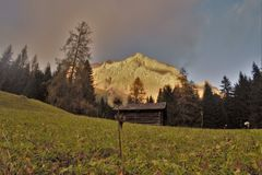 Hütten vor Zugspitze Stockbilder