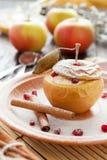Hüttenkäse gebacken im Apfel mit Zimt Stockbilder