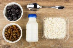 Hüttenkäse im Kasten, Jogurt, rollt mit Rosinen und Pflaumen Lizenzfreies Stockbild