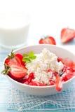 Hüttenkäse mit Erdbeere Stockbild