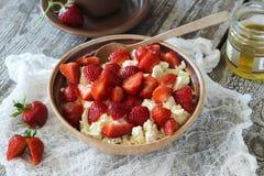Hüttenkäse mit Erdbeeren Lizenzfreies Stockbild