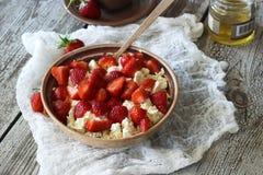 Hüttenkäse mit Erdbeeren Stockbild