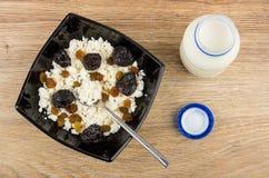 Hüttenkäse, Rosinen und Pflaumen und Teelöffel in der Schüssel, Jogurt Lizenzfreies Stockbild