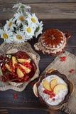 Hüttenkäse, rote Johannisbeere und frische Pfirsiche lizenzfreies stockbild