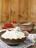 Hüttenkäse und Milch in einem Tongefäß Lizenzfreie Stockbilder
