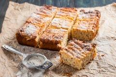 Hüttenkäsekasserolle mit Quinoa Stockfotografie