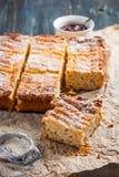 Hüttenkäsekasserolle mit Quinoa Stockfoto
