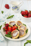 Hüttenkäsepfannkuchen mit Beeren, Sommerfrühstück Lizenzfreies Stockfoto