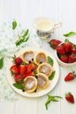 Hüttenkäsepfannkuchen mit Beeren, Sommerfrühstück Lizenzfreie Stockbilder