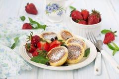 Hüttenkäsepfannkuchen mit Beeren, Sommerfrühstück Stockfoto