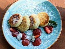 Hüttenkäsepfannkuchen mit Erdbeermarmelade lizenzfreies stockfoto