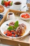Hüttenkäsepfannkuchen mit frischen Beeren, Creme zum Frühstück Lizenzfreie Stockfotografie