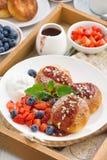 Hüttenkäsepfannkuchen mit frischen Beeren und Creme Stockfotografie