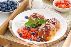 Hüttenkäsepfannkuchen mit frischen Beeren und Creme Stockfotos