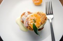 Hüttenkäsepfannkuchen mit Kondensmilch und Mandarine Stockfotografie