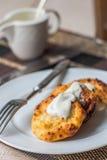 Hüttenkäsepfannkuchen mit Sauerrahm und Kaffee, Frühstück Lizenzfreie Stockbilder