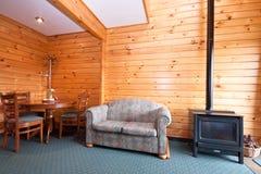 Hüttenwohnungsinnenraum mit Kamin Stockfoto