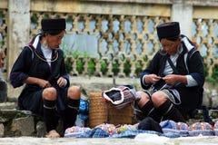 h出售传统二名妇女的帽子mong 库存照片