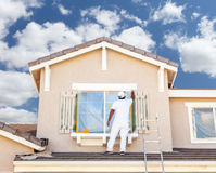 绘A H的修剪和快门专业房屋油漆工 免版税库存图片