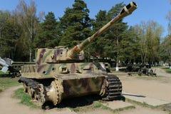 H1重的德国坦克老虎在荣耀纪念复杂线的开阔地带  免版税库存图片