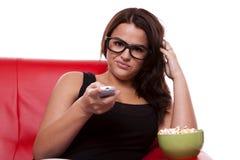 hållande ögonen på kvinna för uttråkad tv royaltyfri fotografi