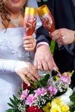 händer för bukettbrudbrudgum Royaltyfri Bild