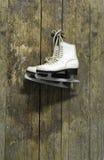 hängande trä för skridskor för is gammal ridit ut vägg Arkivfoton
