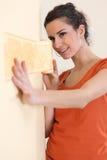 hängande wallpaperkvinna Arkivbilder