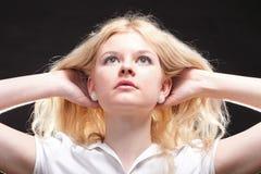 härlig blond ståendekvinna Royaltyfria Bilder
