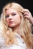 härlig blond ståendekvinna Arkivbild