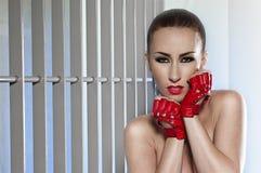 härlig glamourståendekvinna Arkivbild