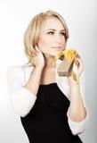 härlig kvinnliggåvaholding Royaltyfria Foton