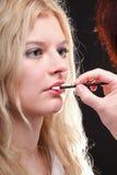 härlig makeup som sätter kvinnan Royaltyfri Bild
