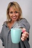 härliga blonda erbjudanden för kaffekopp Royaltyfri Bild